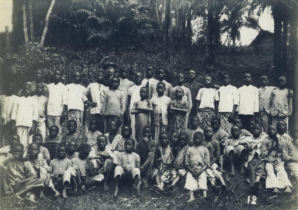 M. Carmien et les garçons de l'école de Lambaréné