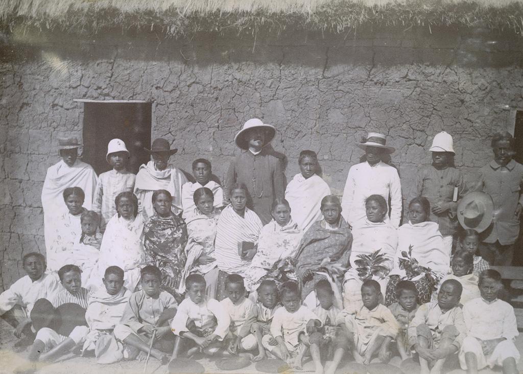 M. Ferrand et ses enfants à la case de Fiahonana