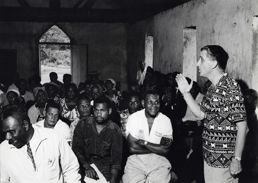 M. Haines du Conseil Œcuménique des Églises (COE), prend la parole dans un temple de brousse