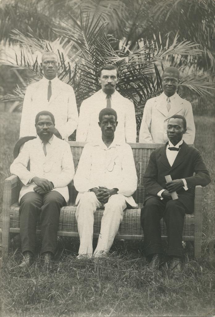 M. Maitre et quelques-uns des étudiants de l'Ecole pastorale