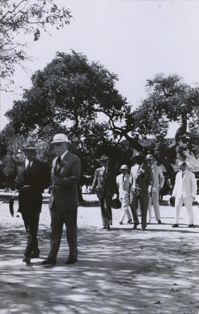 M. Marc Boegner et le roi Mwanawina III sortent de la kuta. A l'arrière : M. Mabille, M. Coisson, le Ngambela Walubita, M. Berger, M. Grébert