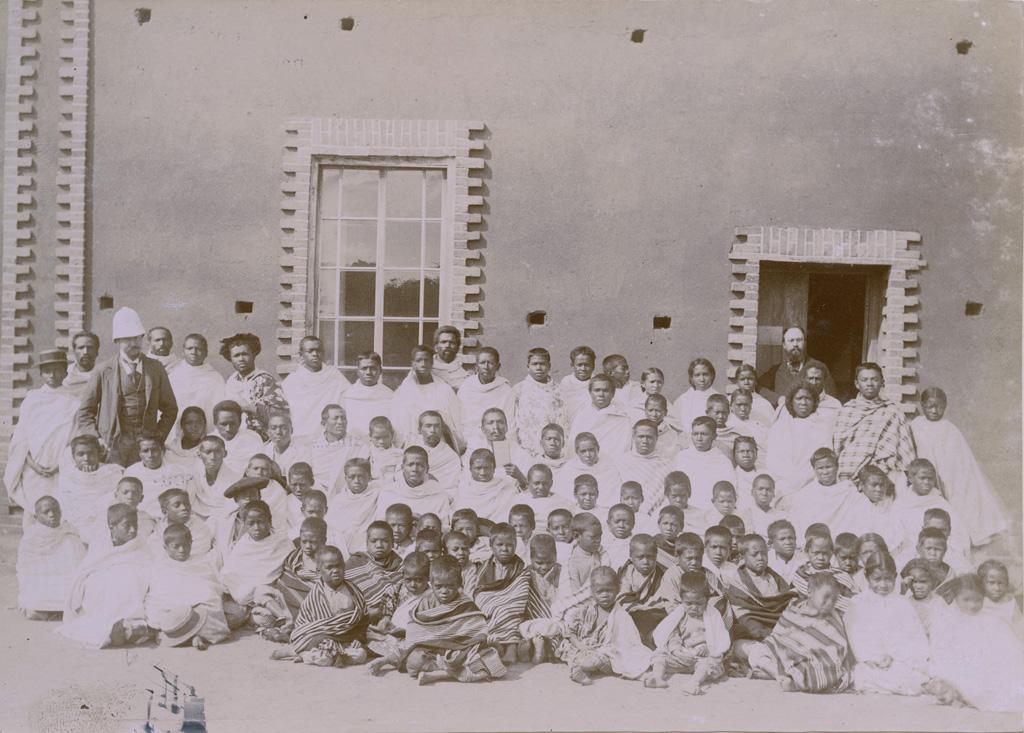 M. Warnet, M. Rusillon, élèves et orphelins