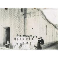 M. et Mme Martin et un groupe de membres de leur église près du temple