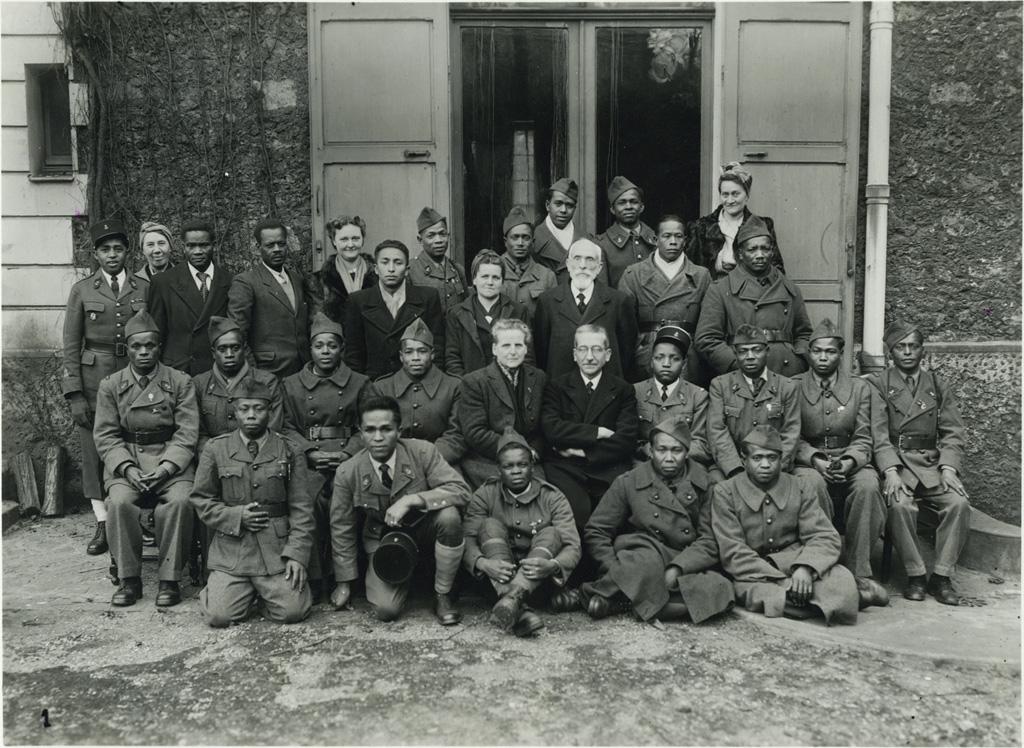 M. le Pasteur et Madame Schloesing et un groupe de soldats malgaches prisonniers libérés