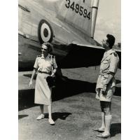 M. le chef de région Chalvignac examine l'avion qui a amené le général Roguet