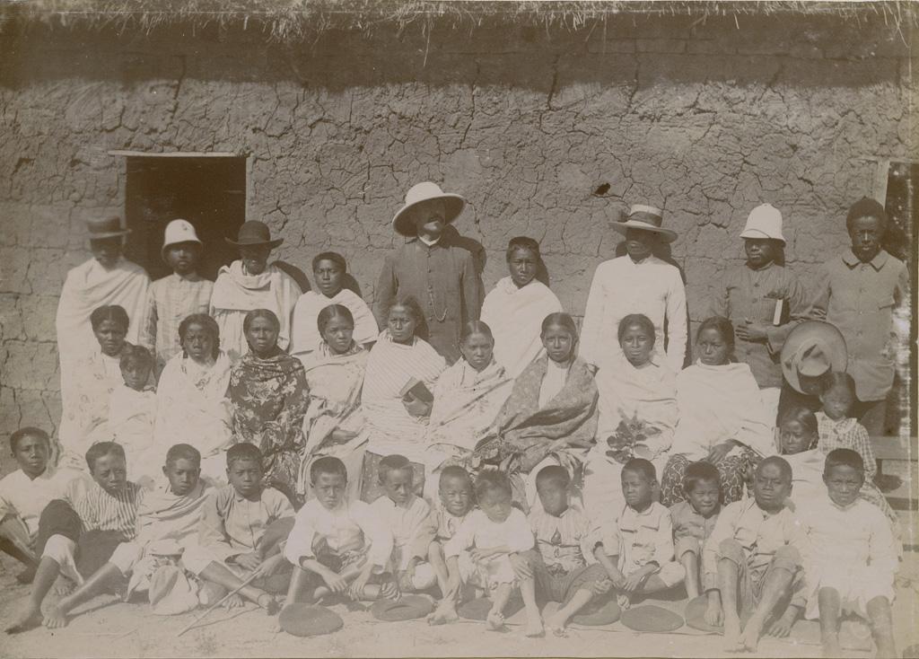 M. le missionnaire Ferrand, ses aides et ses élèves