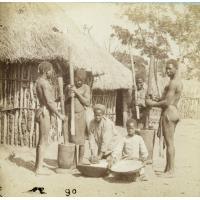 Ma-Ruthi moud sur une meule sessouto, sa fille tamise, les Zambéziens pilant le blé dans un mortier de bois