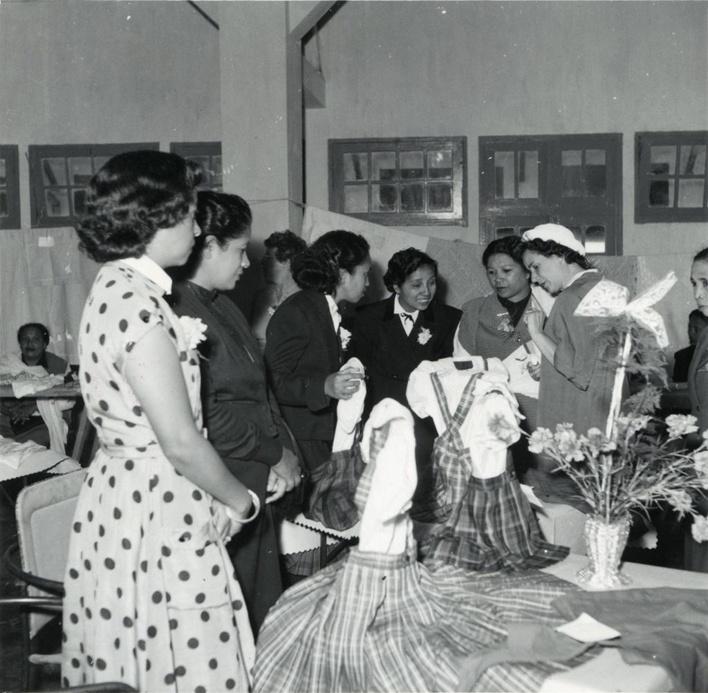 Madame A. Soucadaux visite la vente exposition du F.C.J.F.