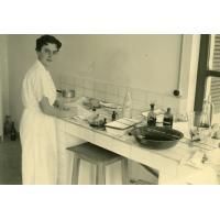 Mademoiselle Roy au laboratoire