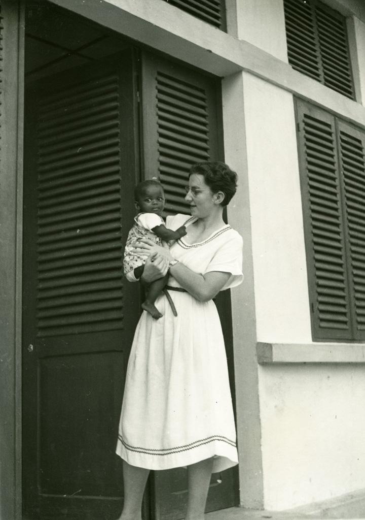 Mademoiselle Roy et Ada, petite orpheline d'Ebeigne