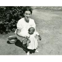 Mademoiselle Roy et Ntsame, petite orpheline dont la mère est morte de la lèpre