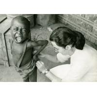 Mademoiselle Roy faisant une injection