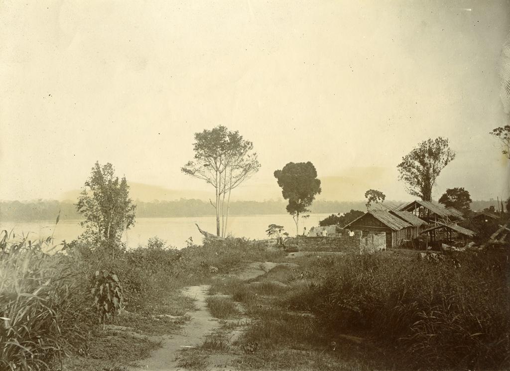 Magasin de Samkita vu de la colline