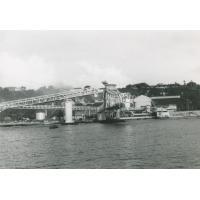 Makatea, vue depuis le large avec les équipements pour le transport du phosphate