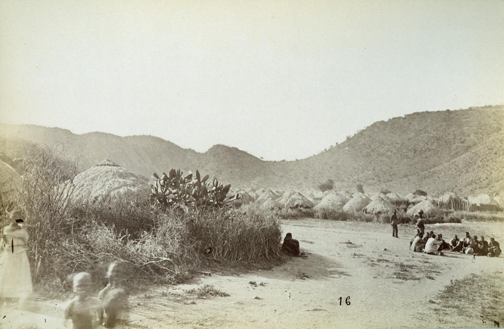Mangwato, partie partielle du village vers la gorge