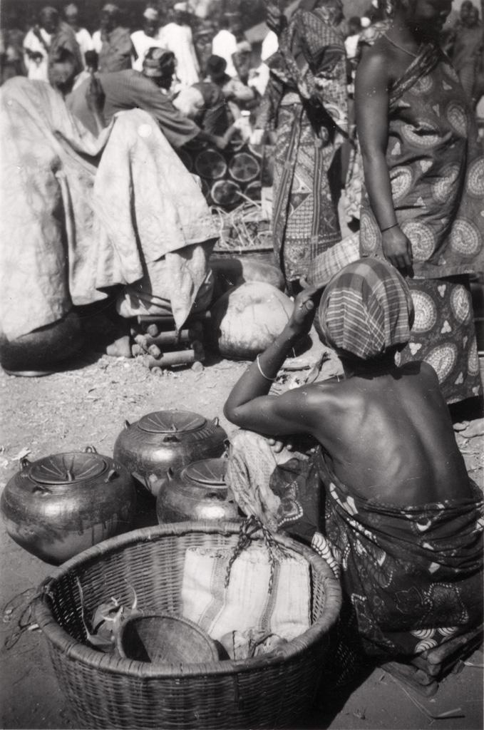 Marchande de poterie au marché de Foumban