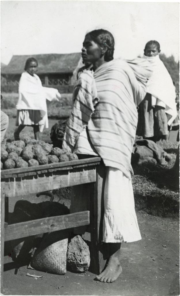 Marché : marchande de savons