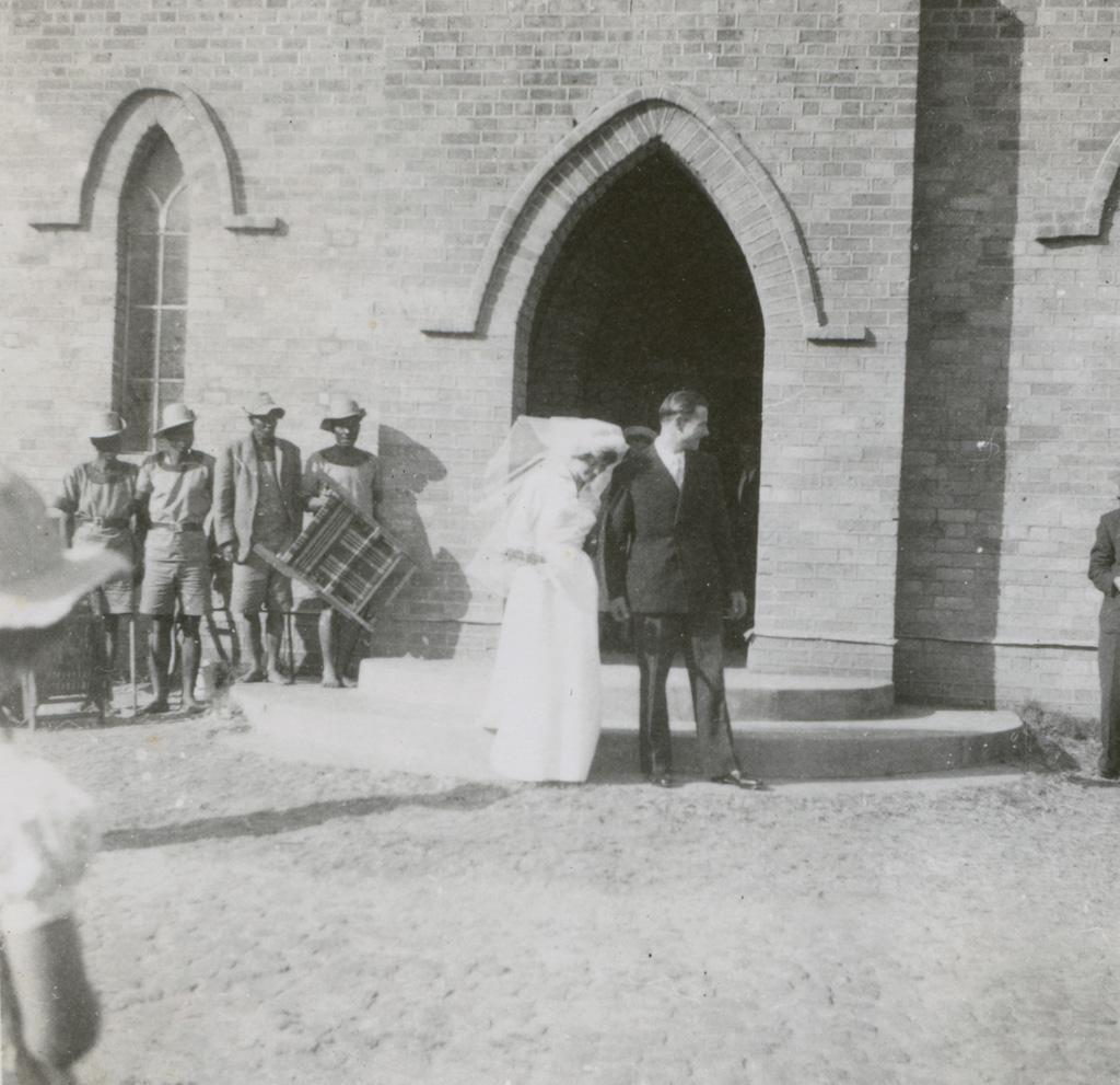 Mariage de Jean-Louis Baumgartner et de Renée Doret : les époux à la sortie de l'église