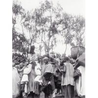Mariage de Nji Ngutane, fille ainée du roi Njoya ; portée sur les épaules d'un notable