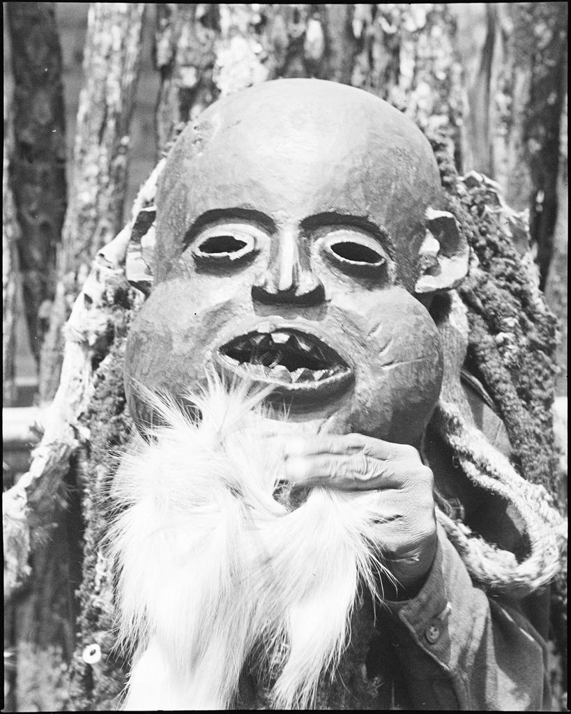 Masque, avec barbiche en poil de chèvre, appartenant à la danse du Kounga