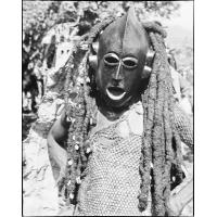 Masque en bois orné de cheveux tressés