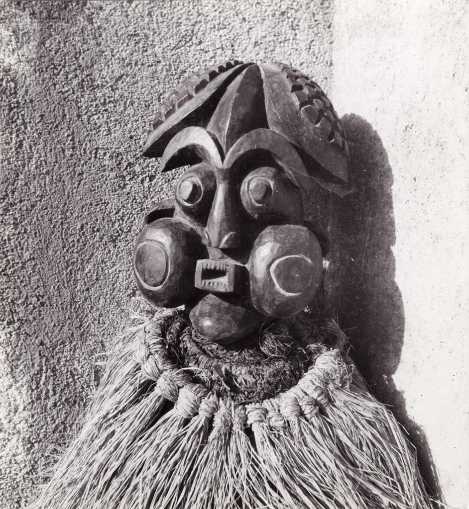 Masque - heaume avec collerette de raphia