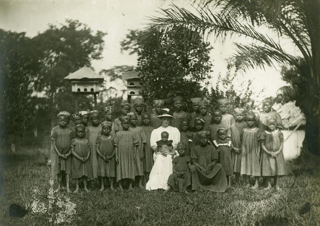 Melle Anne et ses élèves de l'Ecole de filles