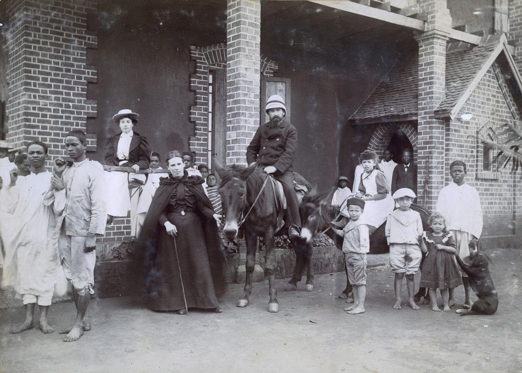 Melle Rousseau, M. et Mme Delord avec leurs enfants