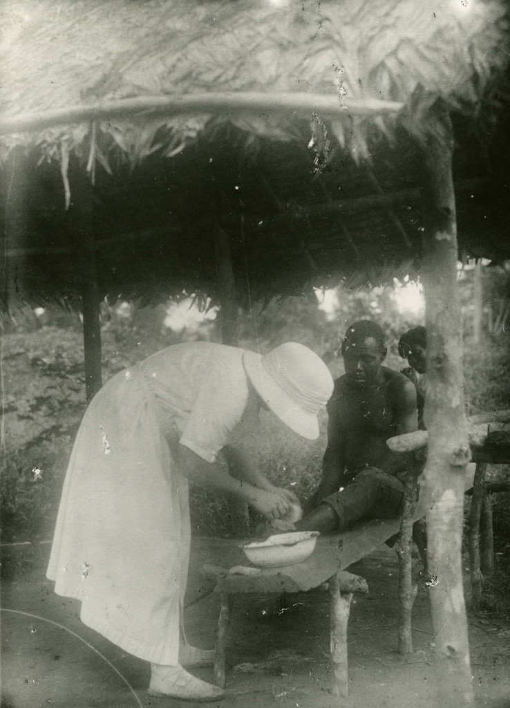 Melle S. Bruneton soignant un malade / non identifié (1925/1940)