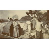 Mesdemoiselles Saucon, Schneller et Jalla, sur une pirogue, partant pour l'Europe