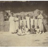 Mesdemoiselles Saucon et Briod, missionnaires de la SMEP, avec leurs écolières