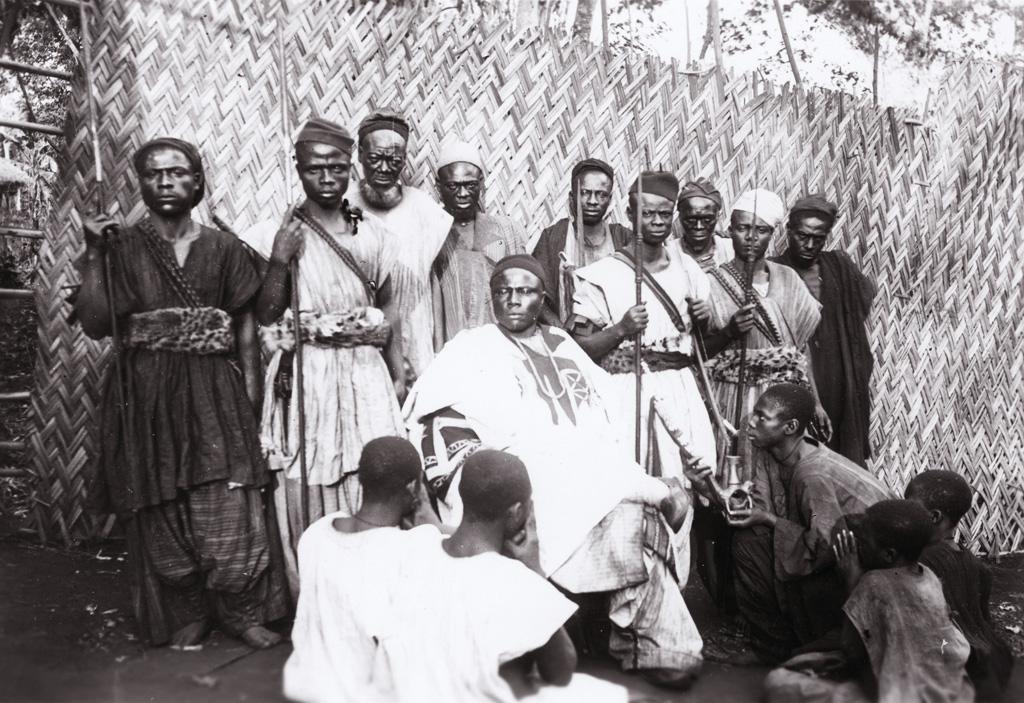 Mfogam assis entouré de guerriers et serviteurs