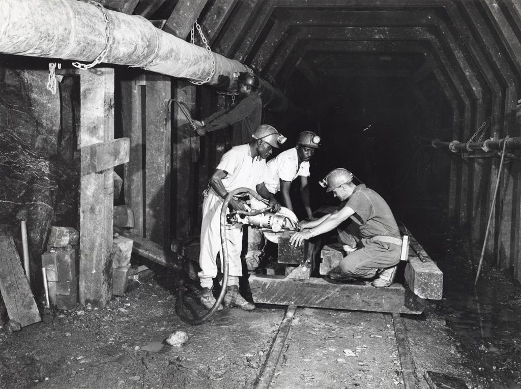 Mineurs travaillant dans une mine de cuivre