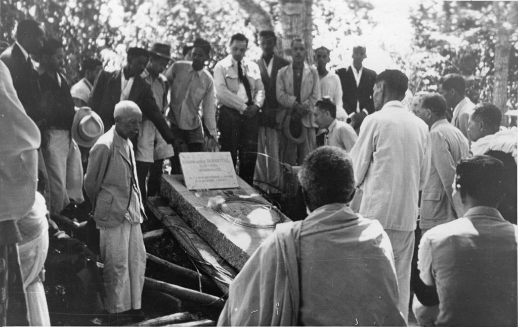 Mise en place de la pierre tombale de Melle Bonhotal, pierre extraite de Vatovory