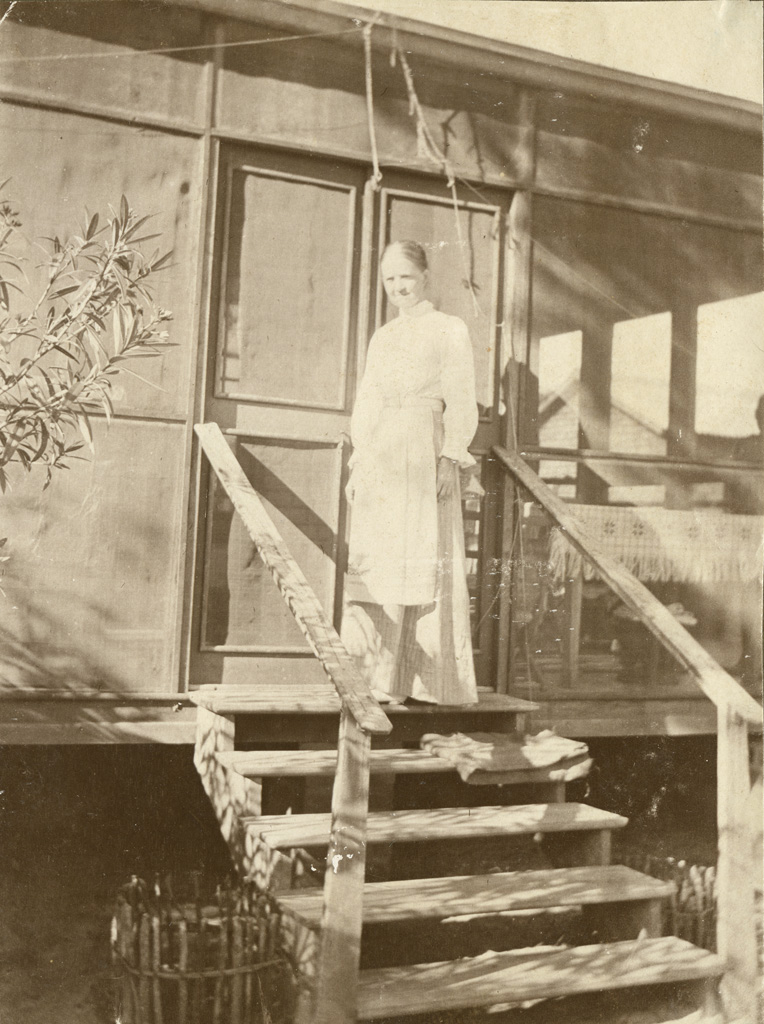 Miss Kiener à l'entrée de sa maison