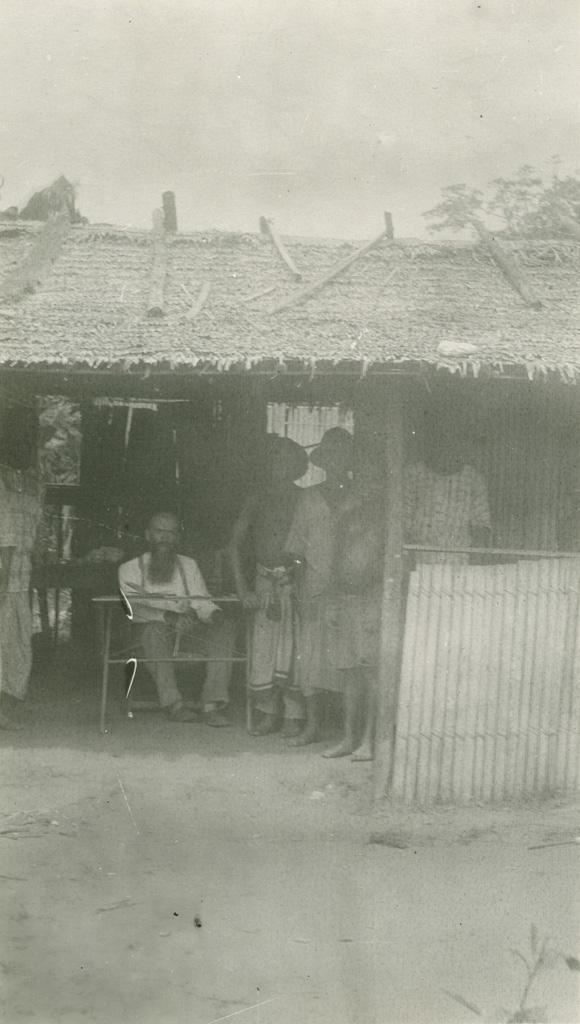 Missionnaire dans sa case à Lambaréné