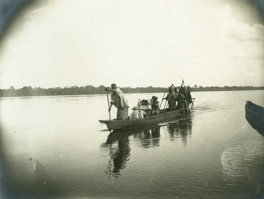 Missionnaire en pirogue sur l'Ogooué