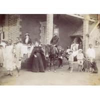 Missionnaires partant en tournée de visite aux églises de la brousse [Famille Delord]