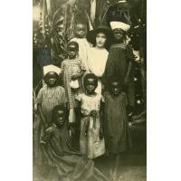 Mme Charles Cadier avec des petites filles Gabonaises