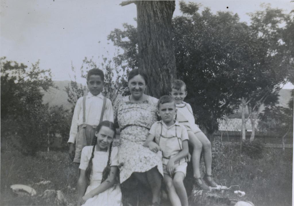 Mme Raymond Delord et ses enfants, Marianne, Samuel et Christian
