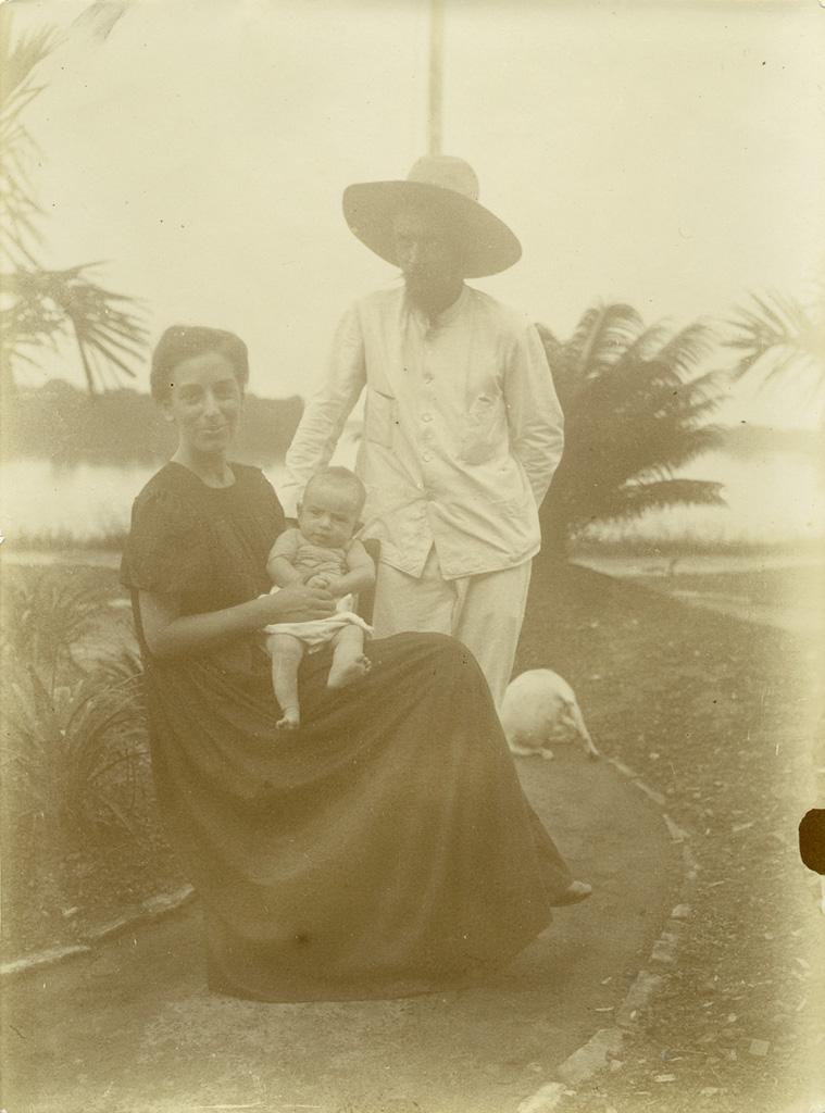 Monsieur et madame Robert avec leur bébé, né le 4 novembre 1904