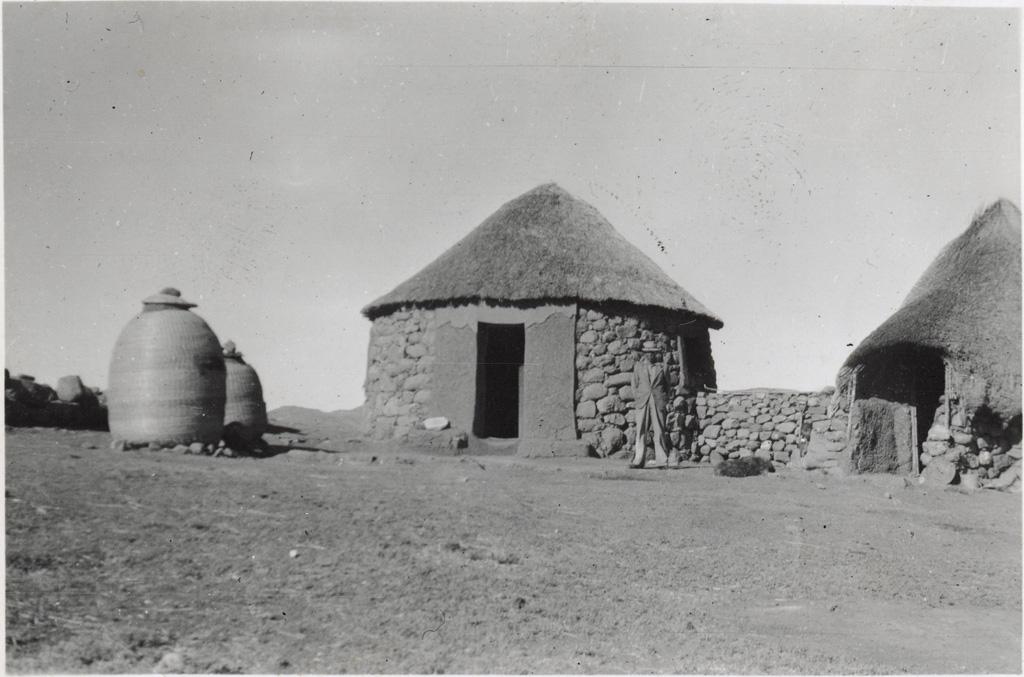 Montsouyane : 2 types de huttes et greniers