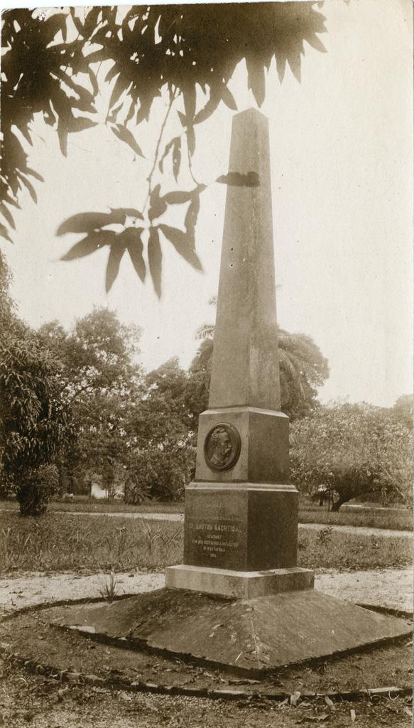 Monument de Nachtigal dans le parc du gouvernement à Douala