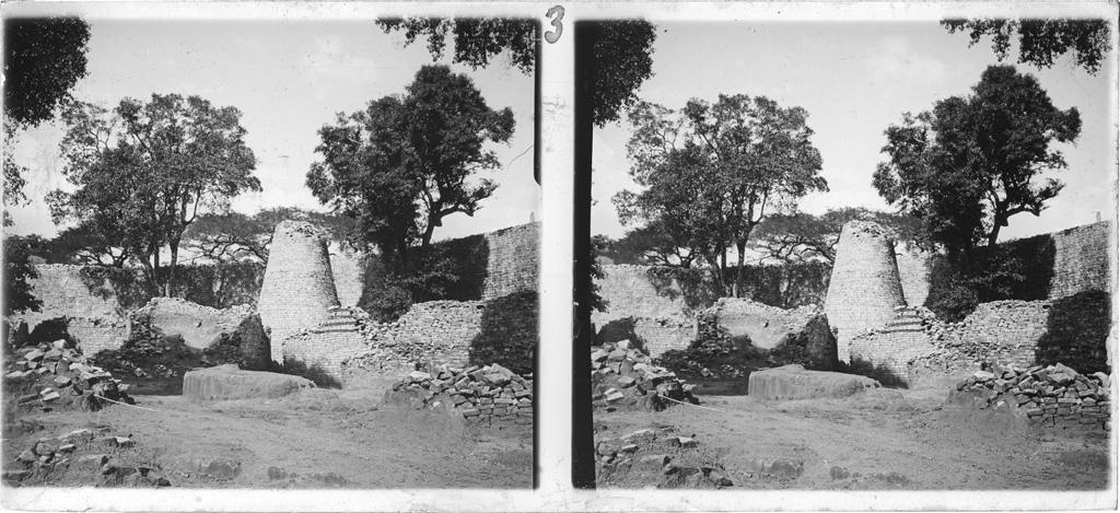 [Monument national du Grand Zimbabwe : la tour conique]