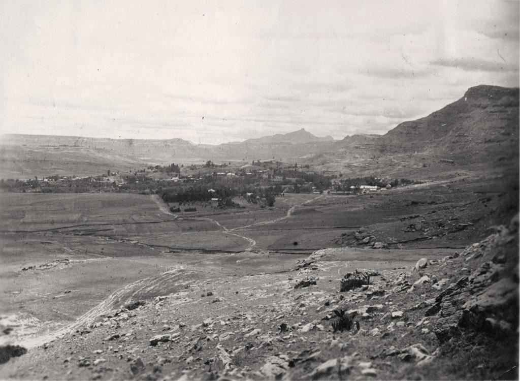 Morija vu de l'Est à 4km de distance, Thaba-Telle au fond