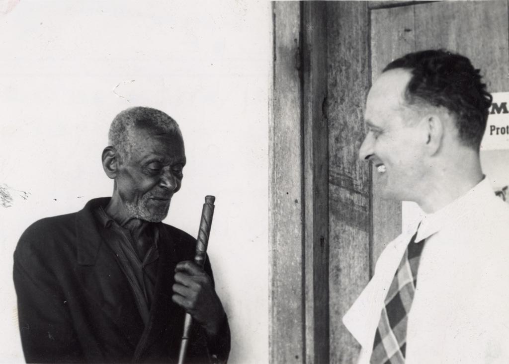 Mr Bonzon et le chef Ndile qui a accueilli en 1913 les missionnaires à Ntolo et Ndoungué
