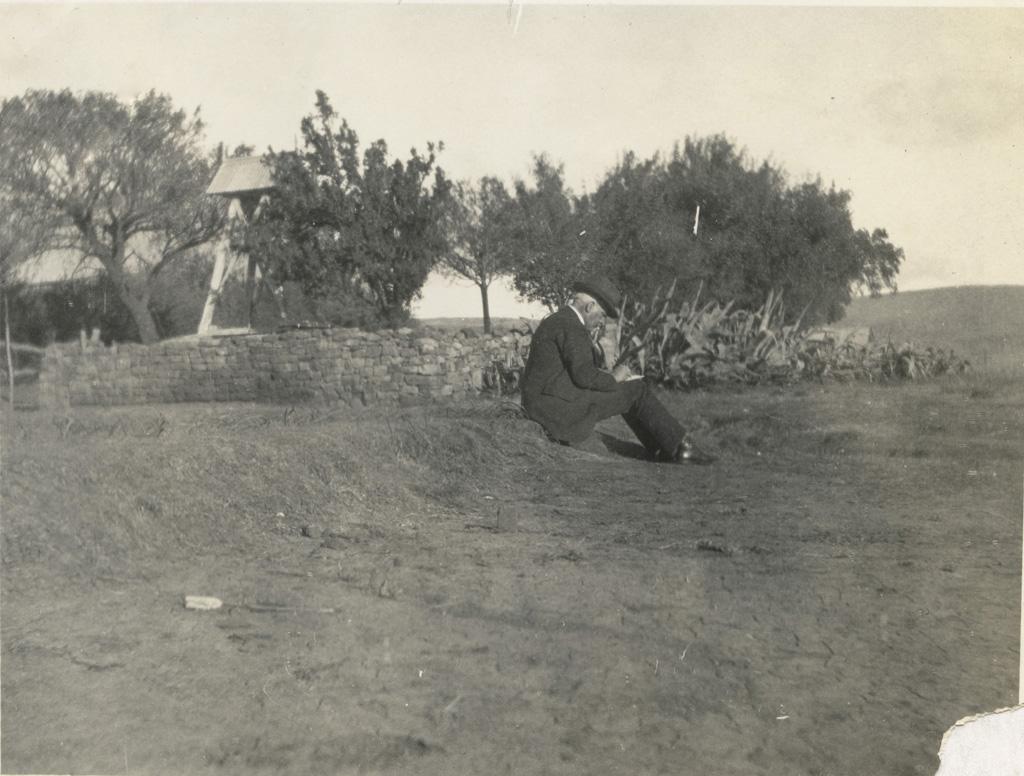 Mr Siordet faisant un croquis près du clocher de Mafube