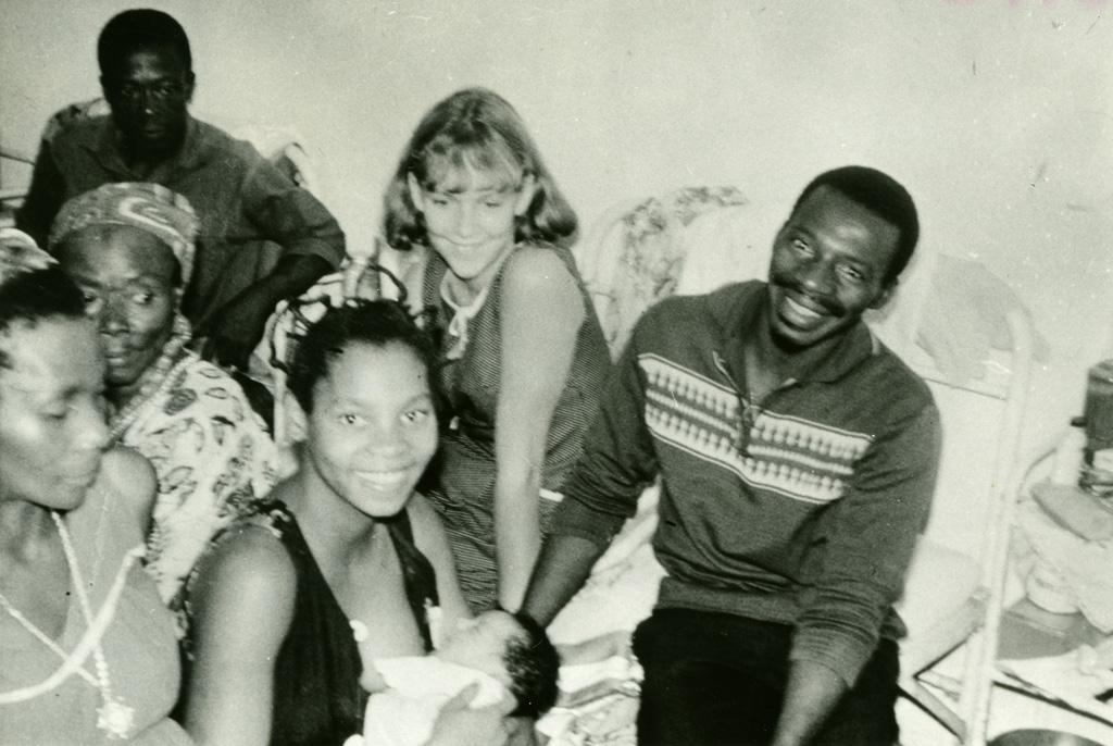 Naissance de l'enfant d'un jeune couple d'enseignants protestants gabonais, avec mademoiselle Anne Kohler, volontaire suisse