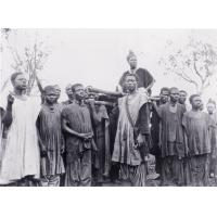 Ne Njapdnunke, mère du roi, portée par ses gens