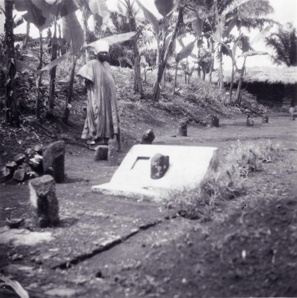 Njimoluh près de la tombe du roi Njoya / non identifié (1910/1920)
